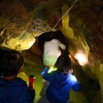 子供と縄文洞へ。暗闇の洞内を懐中電灯のみで探検します!|岐阜県郡上市